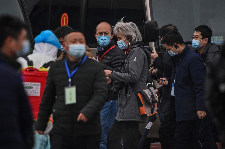 Het WHO-team arriveert bij een dierenmarkt in Wuhan. Beeld AFP