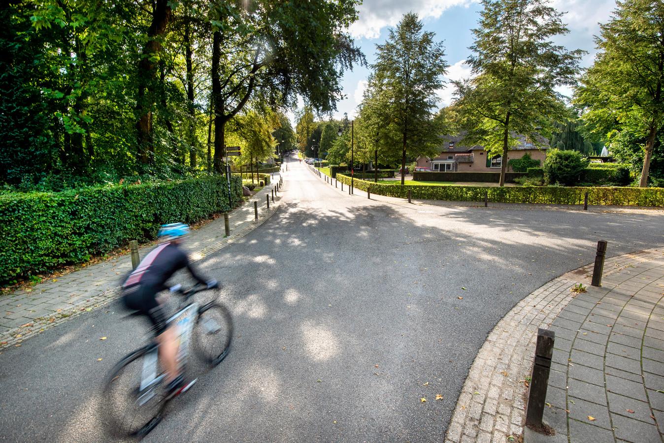 Wielrenners die met hoge snelheid de Beekhuizenseweg afdalen, veroorzaken in de bebouwde kom van Rozendaal nogal eens  gevaarlijkse situaties.