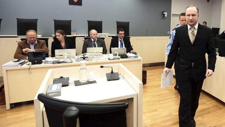 Anders Behring Breivik komt de rechtszaal binnen. Beeld ap