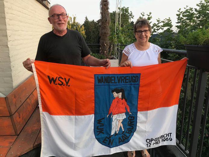 Ad Vos en Elly Tamerus, twee hartstochtelijke fans van de wandelsport, tonen het vaandel van WSV Wandelvreugd.