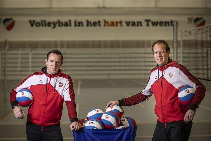 Bart Oosting (rechts) en zijn broertje Thijs hopen dat hun volleybalsters van Apollo 8 morgenavond tegen Sliedrecht Sport al de eerste prijs van het nieuwe seizoen pakken.