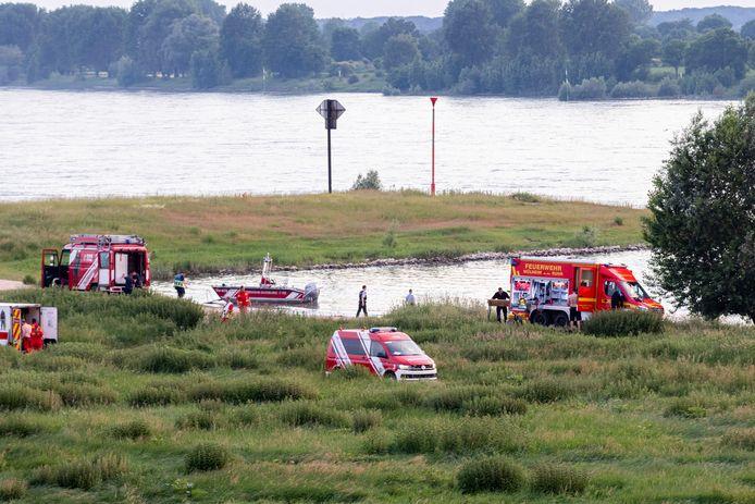 De Duitse hulpdiensten langs de Rijn bij Duisburg, vorige week woensdag.