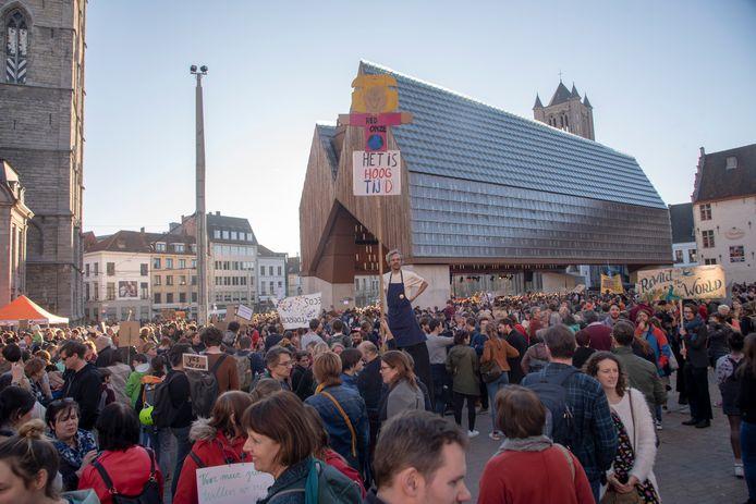 Jong en oud en ludieke booschappen op klimaatmars Gent