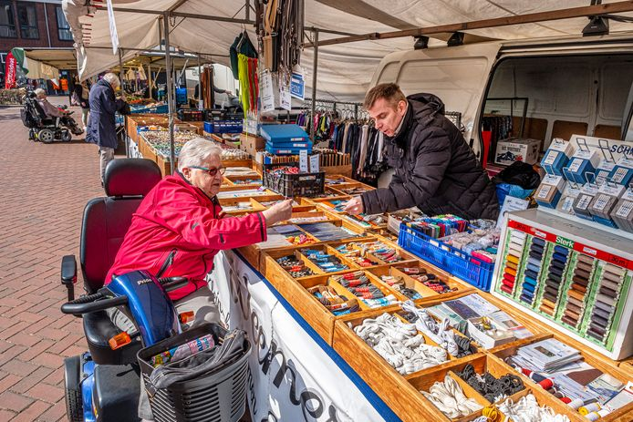 Stefan Weemers mag weer waar verkopen op de weekmarkt in Mill.