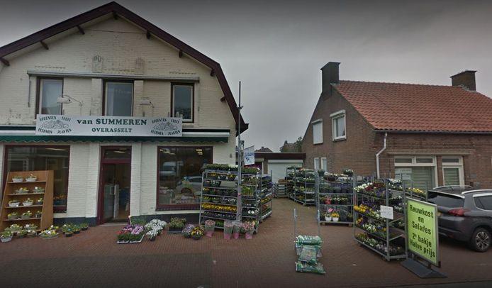 Van Summeren aan de Hoogstraat in Overasselt ligt al jaren met de gemeente Heumen overhoop over het uitstallen van zijn verkoopwaar op de stoep. Deze foto dateert uit maart 2019.
