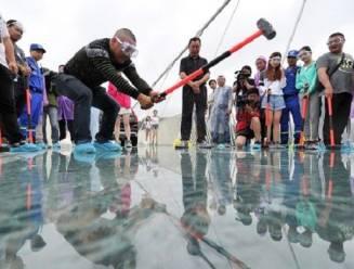 Zo testen Chinezen een nieuwe glazen brug