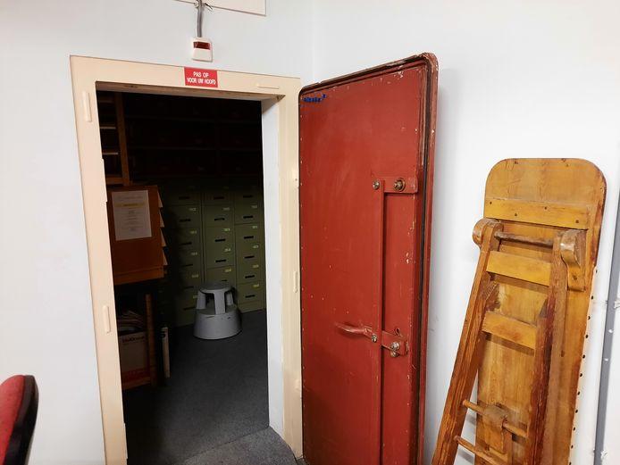 Een van de stalen deuren in de kelder.