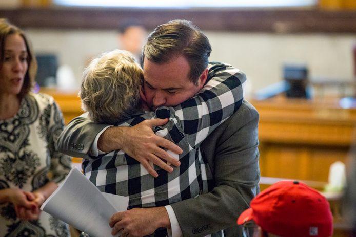 Burgemeester John Cranley knuffelt iemand van de familie van Kyle Plush.