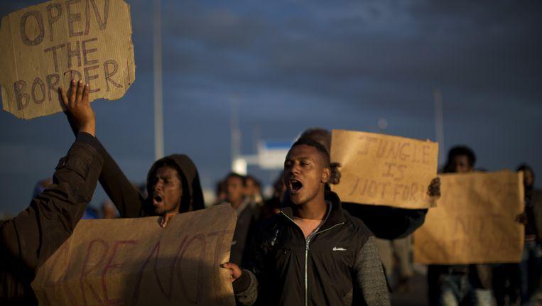 Migranten tijdens een demonstratie aan de Kanaaltunnel. Beeld AP
