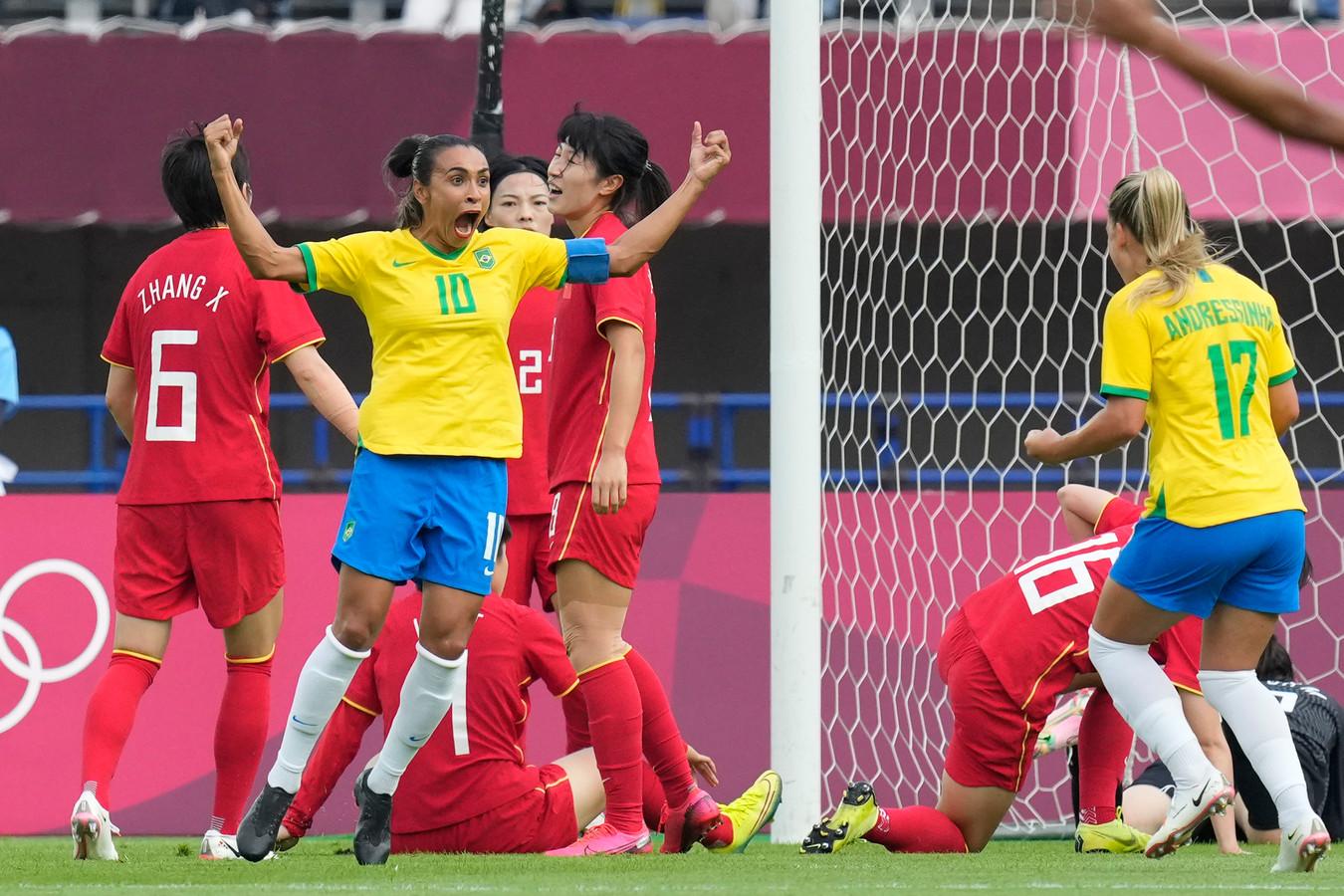 Marta juicht na haar openingsgoal tegen China.