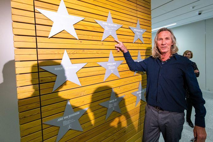 Oud-rugbyspeler Michel van der Loos van HRC wijst zijn eigen ster aan op de Wall of Fame in de Sportcampus Zuiderpark.
