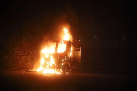 Een wagen staat in brand aan de Beethovenstraat in Tiel.