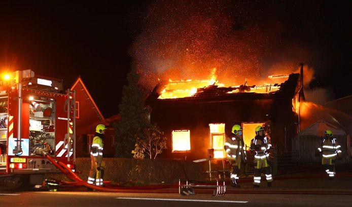 Een felle brand verwoeste vorig jaar november het huis van de Hedelse broers Seepers.