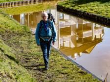 Raaltenaar gaat een maand lang elke dag 35 kilometer wandelen: 'Laat die blaren maar komen!'