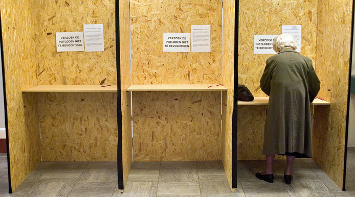 Archiefbeeld van inwoners van Waalre die stemmen voor de  verkiezingen voor de Tweede Kamer.