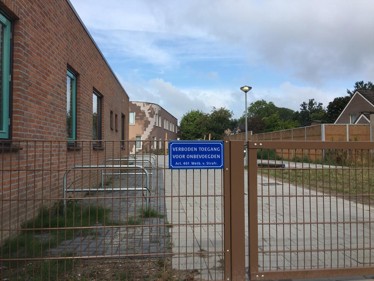 Bij het kinderdagverblijf zijn vorige week bordjes met het opschrift verboden toegang geplaatst . 's Avonds zou  nabij het centrum regelmatig door jongeren drugs gedeald en gebruikt worden.