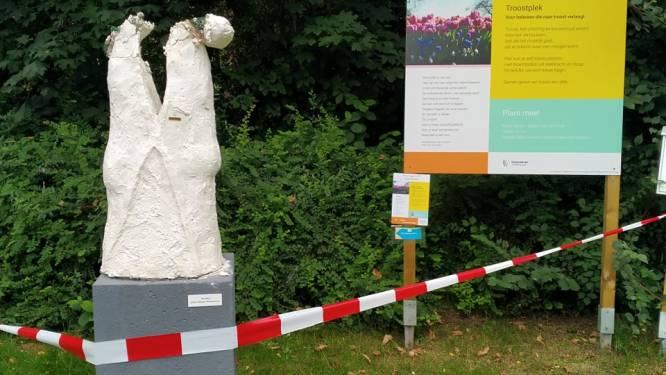 """'Troostbeeld' in gemeentepark onthoofd door onbekende vandalen, culturele wereld reageert vol afschuw: """"We zijn diep geschokt!"""""""