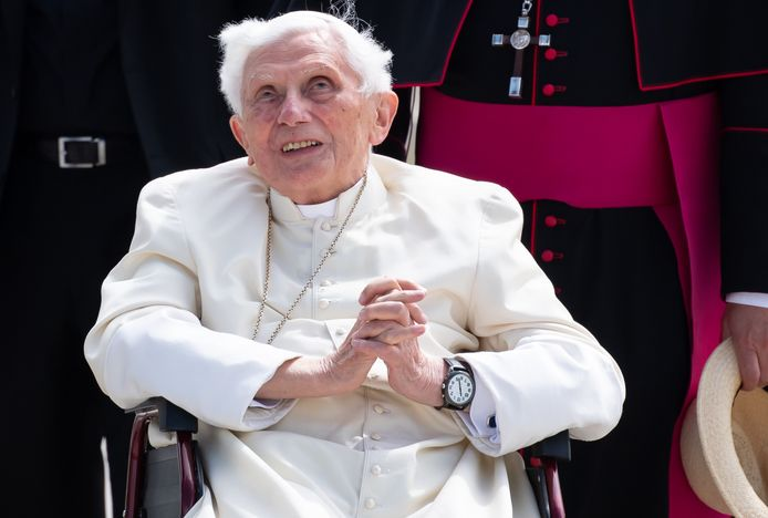 Benoît XVI souffre d'érysipèle au visage, une maladie infectieuse caractérisée par une tuméfaction rougeâtre, qui entraîne de fortes démangeaisons et des douleurs intenses.