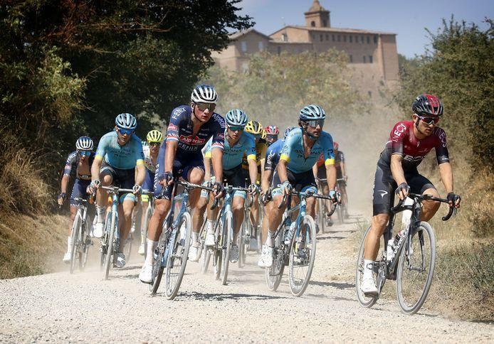 Mathieu van der Poel tijdens de Strade Bianche op 1 augustus vorig jaar, die werd gewonnen door Wout van Aert.