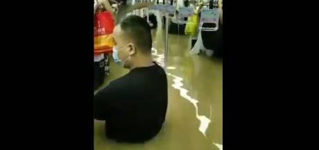 Dodental door extreme regenval China loopt op, honderden mensen gered uit metro