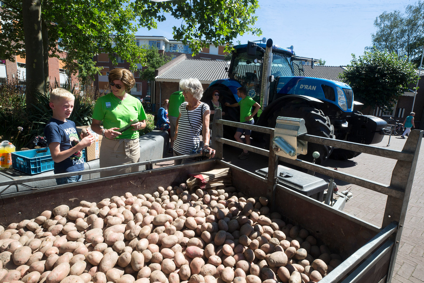 Boerin Carolien Hupkes vraagt aan bezoekers van de markt in Didam of zij een idee hebben van wat de boeren voor de aardappelen en komkommers ontvangen.