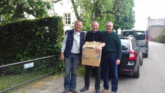De overdracht van de eieren, vanuit De Lutte in Overijssel zijn ze veilig aangekomen in Herwijnen. Piet van Andel (rechts): Over een dag of tien leg ik ze in een bak water.