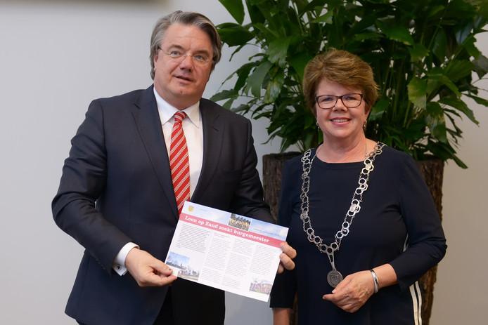 Commissaris van de koning Wim van der Donk kreeg begin mei de profielschets overhandigd van voorzitter van de raad Loes Heijs-Schouten. Foto Jan Stads / Pix4Profs