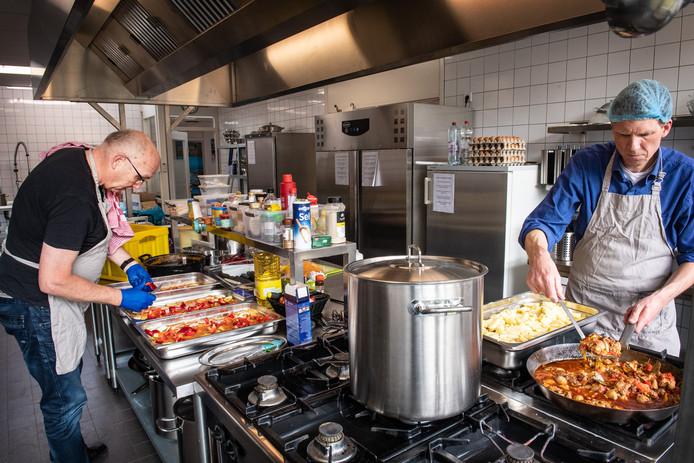 Vrijwilligers van Vincentius Vereniging Nijmegen bereiden dagelijks zo'n 120 maaltijden. Deze worden verspreid onder stadgenoten die het niet zo breed hebben.