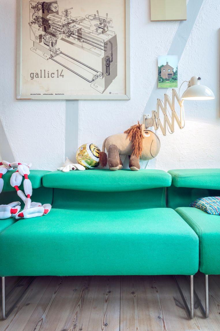 Aan kleur geen gebrek, mede dankzij deze groene Moroso-zetel. Beeld Marleen Sleeuwits