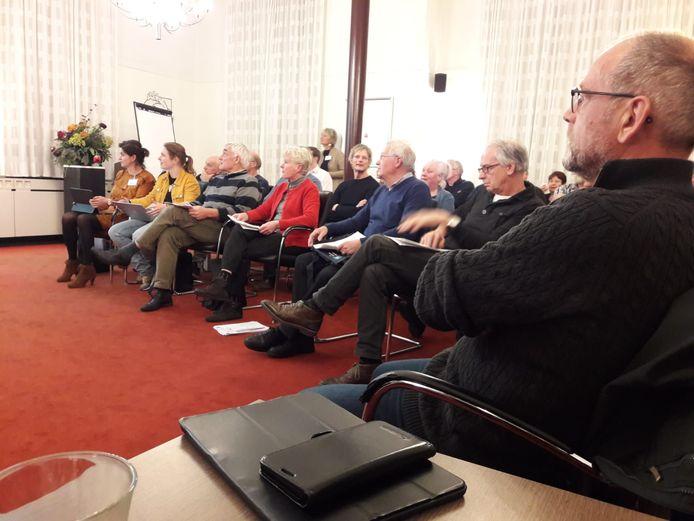 Wil Oerlemans (rechts), voorzitter van de Dorpsraad, tijdens een discussie in het raadhuis van Oisterwijk over de plannen met het voormalige schoolgebouw van de Bienekebolders aan de Bosstraat in Moergestel