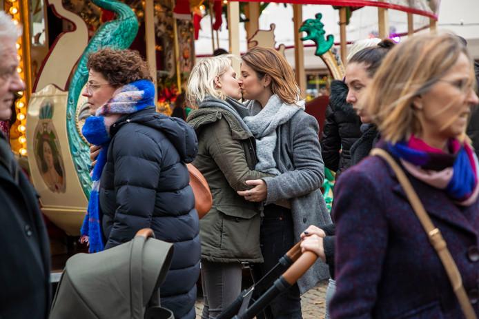 Rianne (L) en Mandy zoenen op het Winterparadijs.