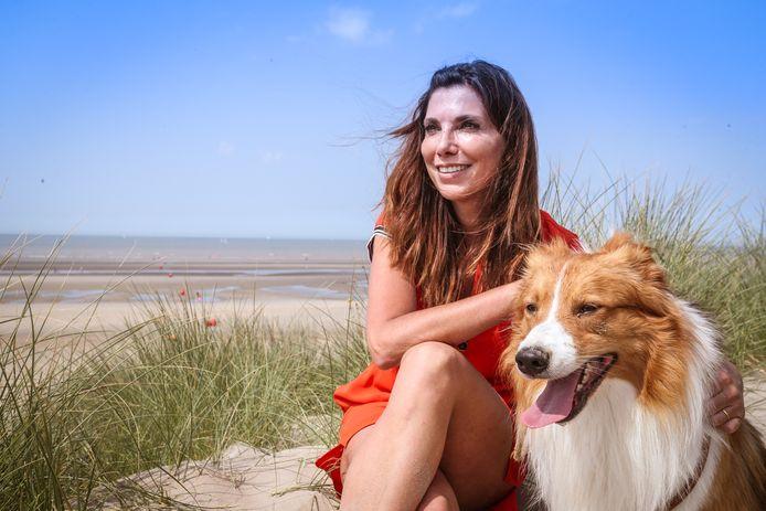 Saartje Vandendriessche en haar border collie Lasse in de duinen van Oostduinkerke