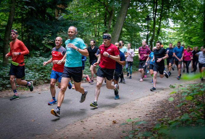 De deelnemers aan de zesde editie van de Parkrun in Park Sonsbeek, net na de start.