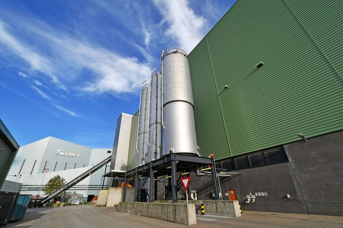 Twenterand kan geen gebruik maken van de energie van de biomassacentrale van Twence. Bovendien vindt de gemeente de afvalscheidingsinstallatie verouderd. Mede daardoor wil Twenterand uit Twence stappen.