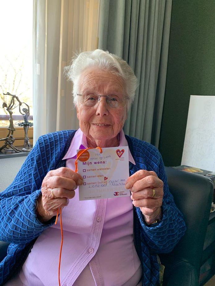 Mevrouw Groen uit Archipel Berkenstaete is een van vele ouderen die meedoet met de wensenactie.