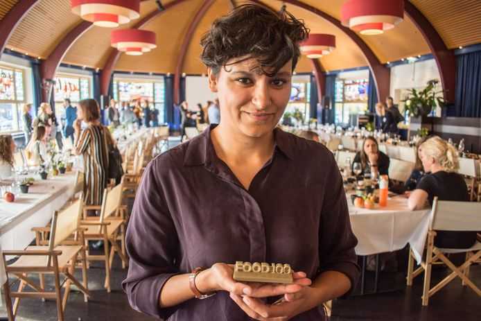 Dalila Sayd met haar onderscheiding.