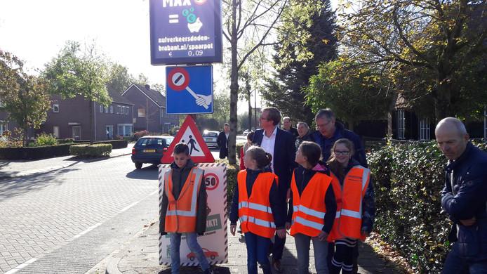Vier Lithse kinderen, gedeputeerde Christophe van der Maat en wethouder Joop van Orsouw zien dat de eerste negen cent in de spaarpot zijn beland.