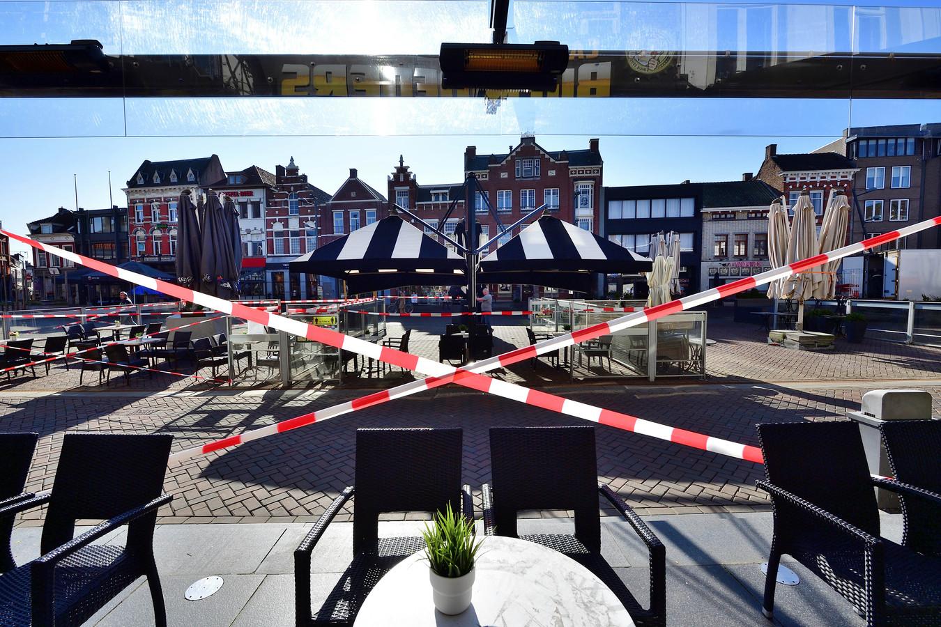 Horecaprotest op de Markt. Het terras van Bij Moeders is opgesteld, maar afgezet met linten.