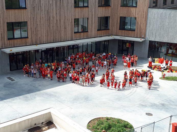 De leerlingen van het KAZ probeerden de slogan Go Belgium te vormen.