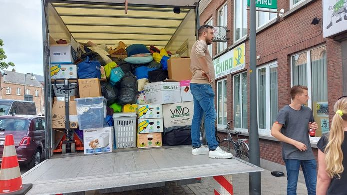 De vrijwilligers laden een grote vrachtwagen in met talloze spullen voor de slachtoffers in Wallonië.