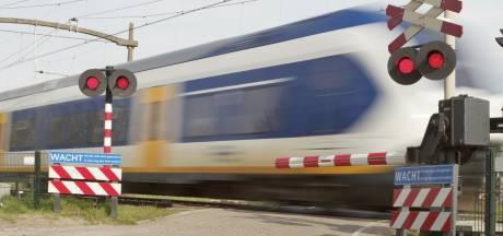 Bekeuringen uitgedeeld bij spoorwegovergang Vught voor niet blijven wachten bij gesloten slagbomen