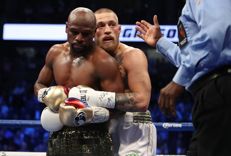 LAS VEGAS, NV - AUGUST 26: (L-R) Floyd Mayweather Jr. and Conor McGregor tie up during their super welterweight boxing match on August 26, 2017 at T-Mobile Arena in Las Vegas, Nevada.   Christian Petersen/Getty Images/AFP == FOR NEWSPAPERS, INTERNET, TELCOS & TELEVISION USE ONLY == Beeld AFP
