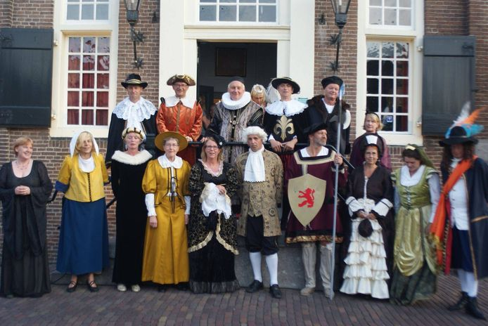 In Ons Dorpshuis wordt een modeshow gehouden met outfits uit vervlogen tijden.