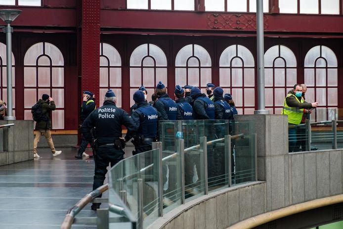 De politie was massaal aanwezig in de omgeving van het Centraal Station in Antwerpen. Acht jongeren werden bestuurlijk aangehouden.