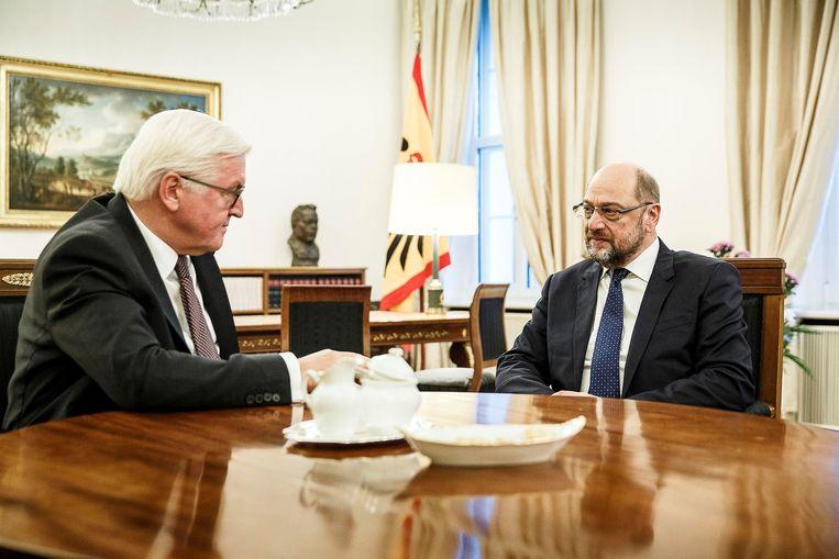 Duits bondspresident Steinmeier (l.) en zijn partijgenoot Schulz zijn respectievelijk voor en tegen regeringsonderhandelingen van hun partij. Beeld REUTERS