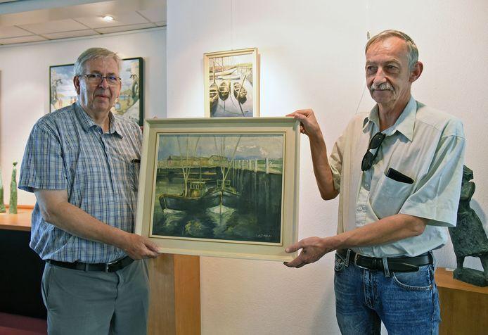 Ko Leenknegt (links) en Willem Dieleman met een schilderij van kunstschilder Jac de Jonge.