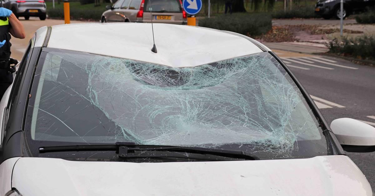 Fietser naar het ziekenhuis door botsing met auto in Waalwijk.