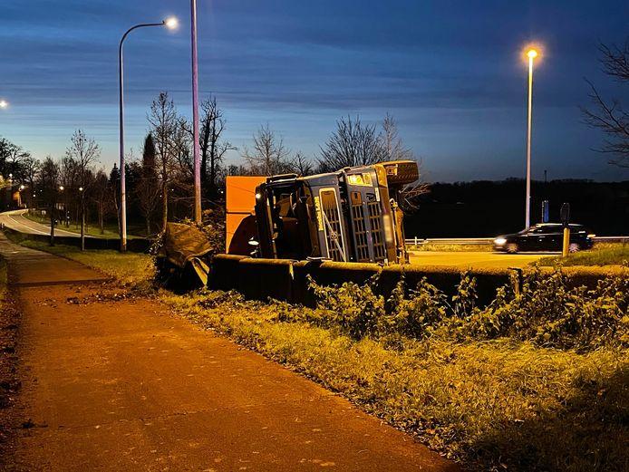 De vrachtwagenchauffeur verloor op de rotonde de controle over het stuur.