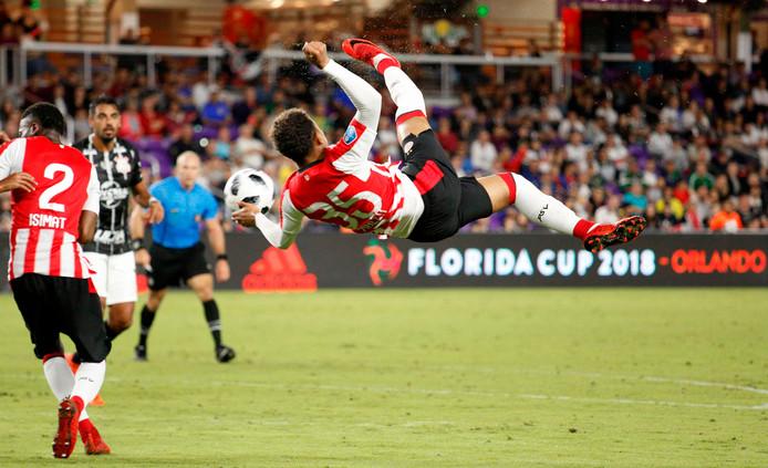 Donyell Malen (18) via een spectaculaire omhaal in actie tijdens PSV-Corinthians, een duel dat in 1-1 eindigde.