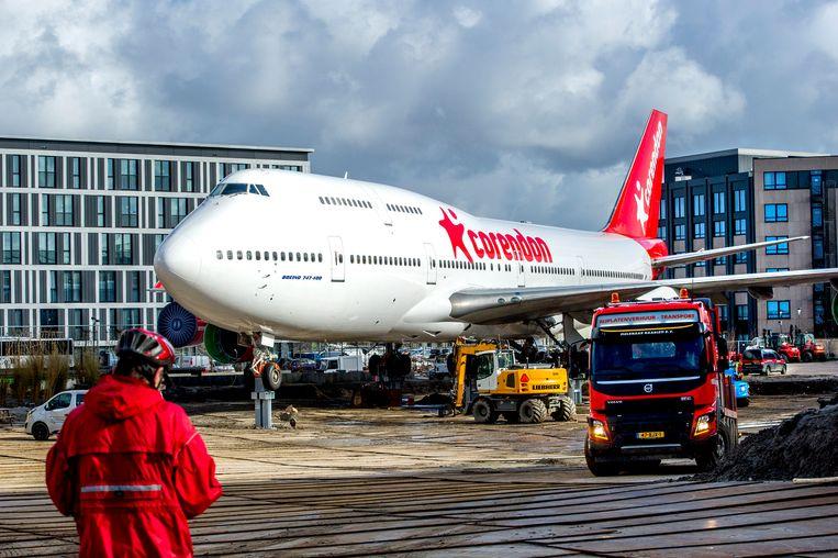 Een volledig gestripte Boeing 747 van luchtvaartmaatschappij Corendon bij het Corendon Village Hotel.  Beeld Robin Utrecht / HH